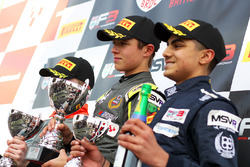 Подиум: Ландо Норрис, Carlin (победитель), Алексантери Хуовинен, Double R Racing (второе место) и Энам Ахмед, Douglas Motorsport (третье место)