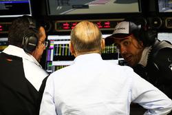 Eric Boullier, Director de carreras de McLaren, Ron Dennis, Presidente Ejecutivo de McLaren y Fernando Alonso, McLaren
