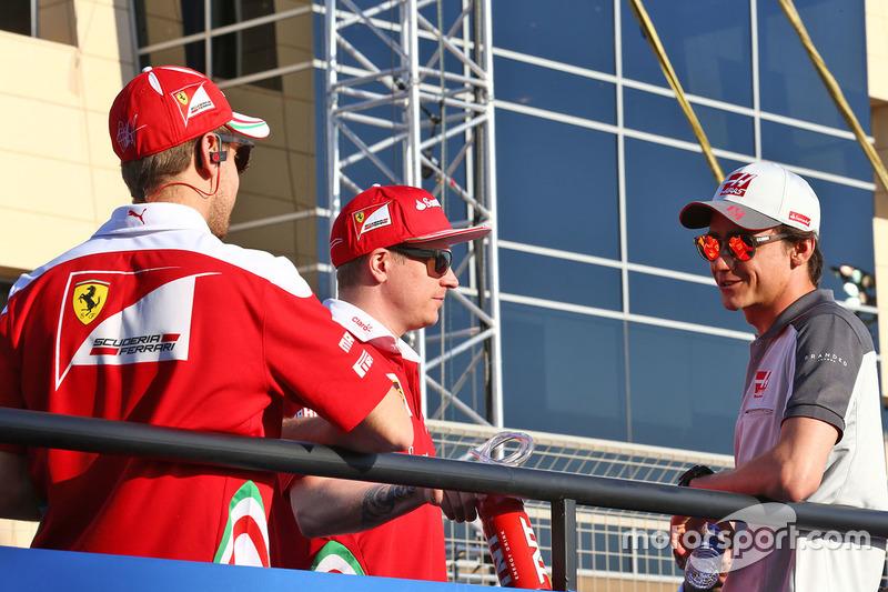 Sebastian Vettel, Ferrari, Kimi Raikkonen, Ferrari  y Esteban Gutierrez, Haas F1 Team