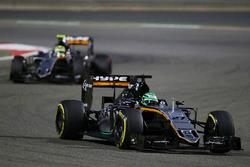 Нико Хюлькенберг, Sahara Force India F1 VJM09 едет впереди Серхио Переса, Sahara Force India F1 VJM09