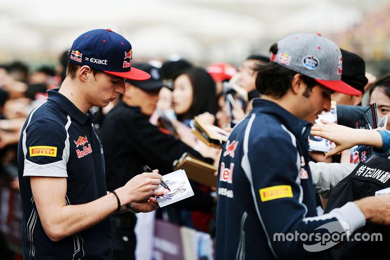 Max Verstappen, Scuderia Toro Rosso y Carlos Sainz Jr., signo de la Scuderia Toro Rosso autógrafos para los fans