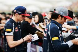 Max Verstappen, Scuderia Toro Rosso en Carlos Sainz Jr., Scuderia Toro Rosso sigeren handtekeningen voor de fans