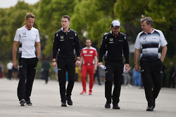 Jenson Button, McLaren, Stoffel Vandoorne, McLaren piloto de pruebas y de reserva yFernando Alonso, McLaren