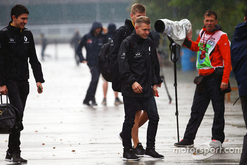 Кевин Магнуссен, Renault Sport F1 Team и Эстебан Окон, тестовый пилот Renault Sport F1 Team