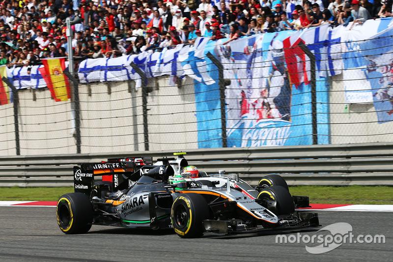 Nico Hulkenberg, Sahara Force India F1 VJM09 y Esteban Gutiérrez, Haas F1 Team VF-16 luchan por la posición