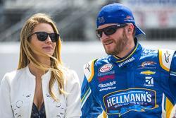 Dale Earnhardt Jr., JR Motorsports Chevrolet y su novia Amy Reimann