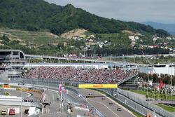 Нико Росберг, Mercedes AMG F1 Team W07 едет за машиной безопасности