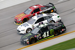 Kurt Busch, Stewart-Haas Racing Chevrolet, Brad Keselowski, Team Penske Ford, und Jamie McMurray Chip Ganassi Racing Chevrolet