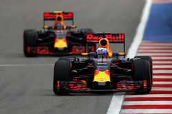 Daniel Ricciardo, Red Bull Racing RB12 et Daniil Kvyat, Red Bull Racing RB12