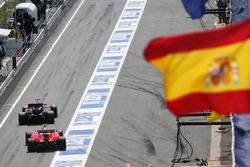 Fernando Alonso, McLaren MP4-31 lidera a Sebastian Vettel, Ferrari SF16-H