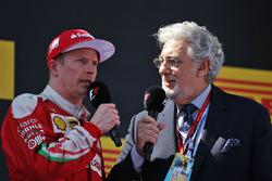 Kimi Raikkonen, Ferrari en el podio con Plácido Domingo, cantante de ópera