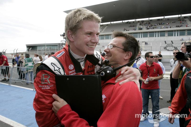 Nico Hulkenberg celebrates his victory with his team