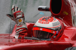 Kimi Raikkonen, Scuderia Ferrari removes a visor ripoff strip