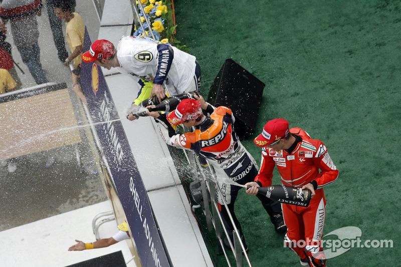Podio: ganador de la carrera Casey Stoner, Ducati Marlboro Team, segundo lugar Dani Pedrosa, Repsol Honda Team, y el tercer lugar y Campeón 2009 de MotoGP Valentino Rossi, Fiat Yamaha Team