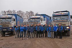 Team Kamaz-Master: les pilotes, co-pilotes et l'équipe en photo avec les véhicules