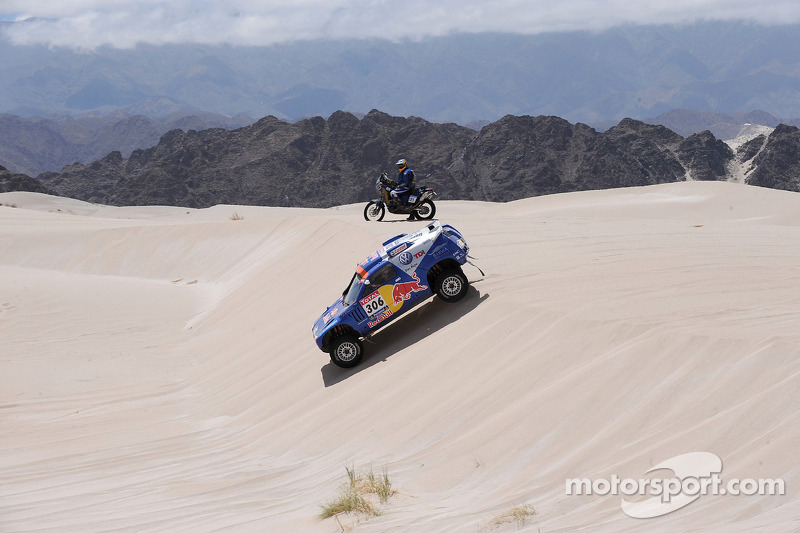 #306 Volkswagen: Nasser Al Attiyah et Timo Gottschalk and #121 KTM: Christophe Barriere Varju