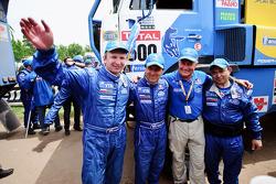 Vladimir Chagin, Semen Yakubov et Sergey Savostin, vainqueurs du Dakar 2010 dans la catégorie Camions célèbrent leur succès