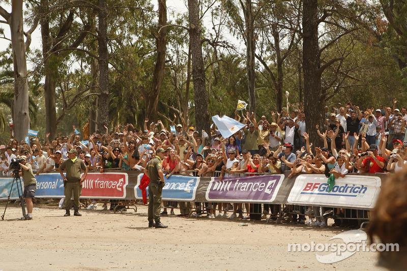 Des fans attendent l'arrivée des pilotes