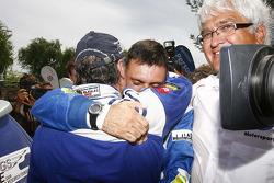 Carlos Sainz, vainqueur du Dakar 2010 dans la catégorie Autos célèbre son succès