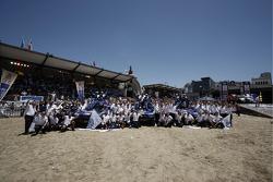 Auto's podium: 2010 Dakar Rally winnaars bij de auto's Carlos Sainz en Lucas Cruz Senra vieren feest met als tweede gefinisht Nasser Al Attiyah en Timo Gottschalk, derde plaats Mark Miller en Ralph Pitchford, en Volkswagen Motorsport teamleden