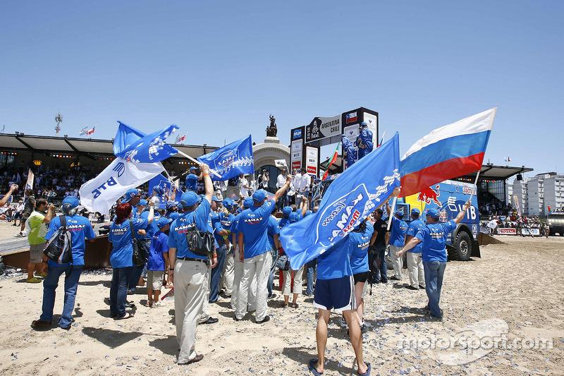 Podium catégories Camions Dakar 2010 : les membres d'équipe Kamaz-Master célèbrent leur victoire