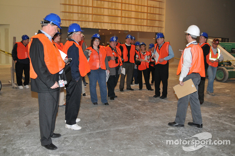 Les médias, vêtus de casques et gilets oranges, visitent le site de construction du nouveau Hall of Fame