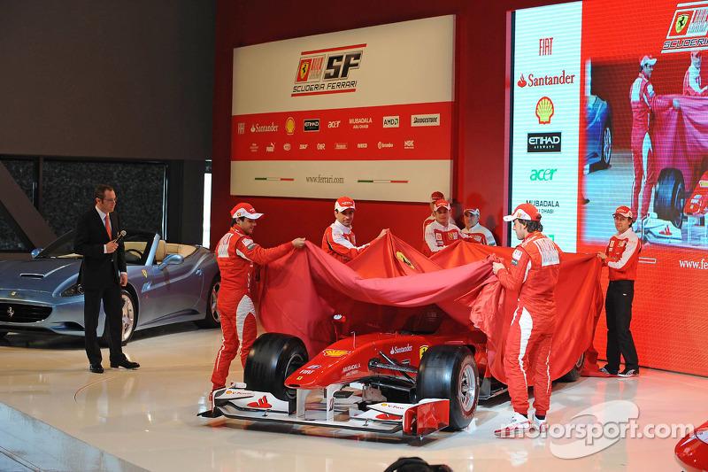 Felipe Massa, Fernando Alonso, Marc Gene, Giancarlo Fisichella et Luca Badoer révèlent la Ferrari F10