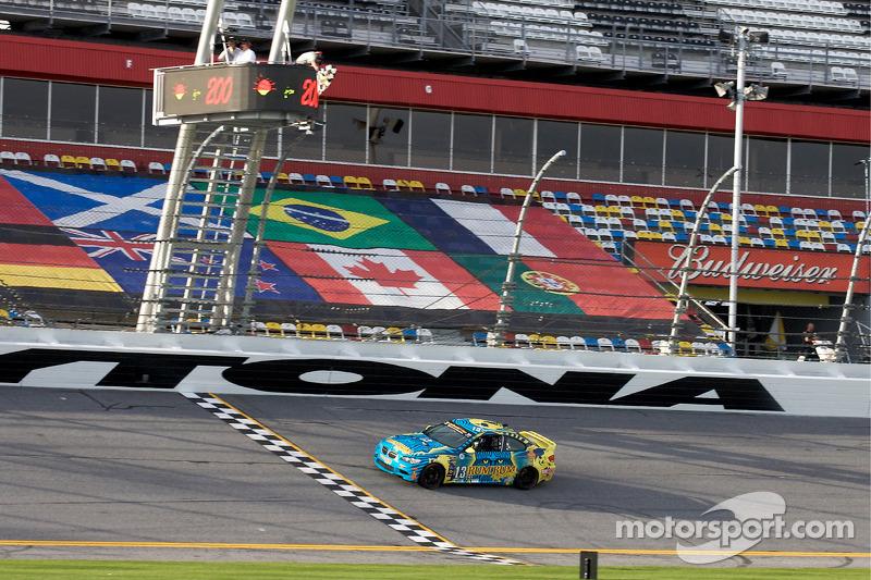 #13 Rum Bum Racing BMW M3 Coupe: Gianluis Bacardi, Matt Plumb passent sous le drapeau à damiers