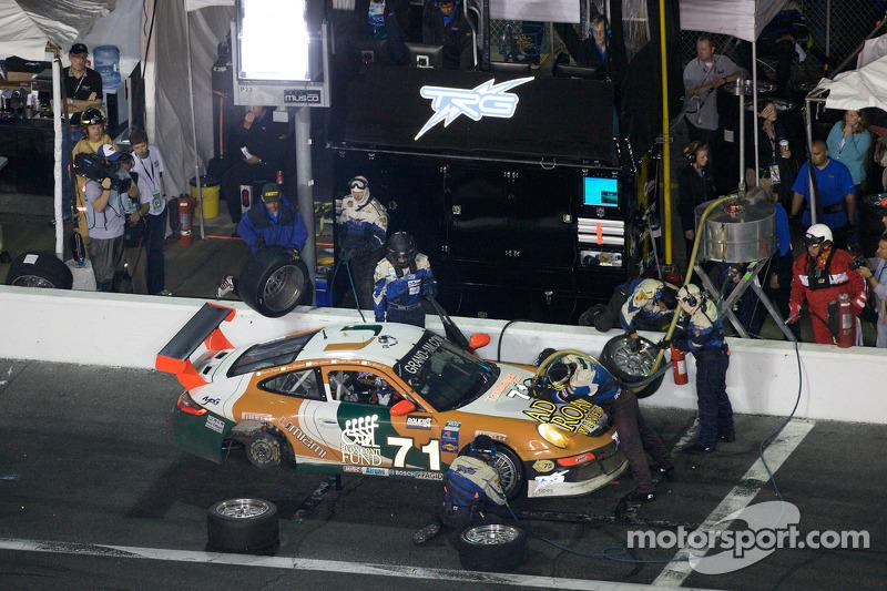 Arrêt aux stands pour #71 TRG Porsche GT3: Timo Bernhard, Romain Dumas, Tim George Jr., Bobby Labonte, Spencer Pumpelly