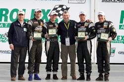 Victory lane: GT winnaars Jonathan Bomarito, Nick Ham, David Haskell en Sylvain Tremblay met Vic Elford