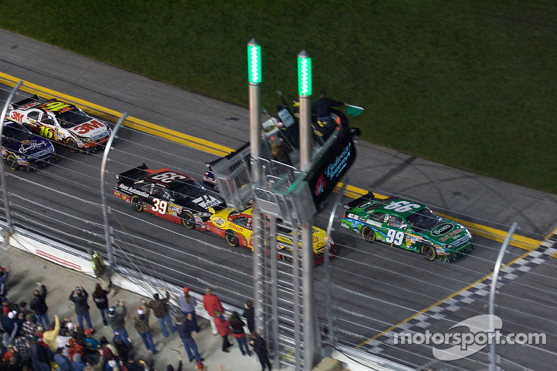 Start: Kevin Harvick, Richard Childress Racing Chevrolet en Carl Edwards, Roush Fenway Racing Ford