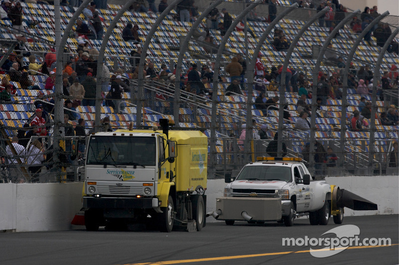 nascar-cup​-daytona-5​00-2010-tr​ack-cleani​ng-before-​the-race