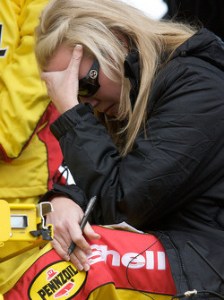 Delana Harvick kijkt de race terwijl haar man vecht voor de leiding in de wedstrijd met nog een ronde te gaan