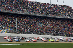 Start: Dale Earnhardt Jr., Hendrick Motorsports Chevrolet and Juan Pablo Montoya, Earnhardt Ganassi Racing Chevrolet lead the field