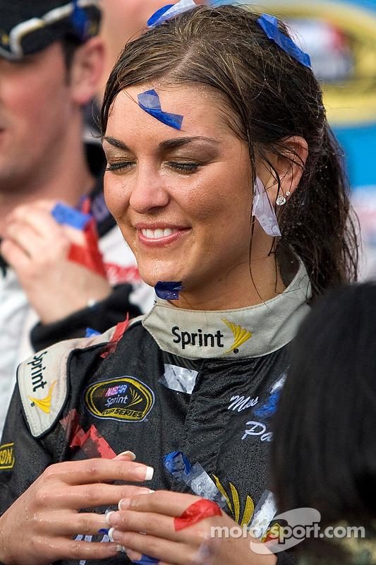 Victory lane: Paige Duke, Miss Sprint Cup, met confetti en champagne