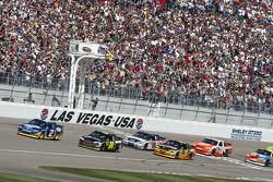 Start: Kurt Busch, Penske Racing Dodge and Jeff Gordon, Hendrick Motorsports Chevrolet lead the field