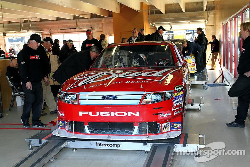 Auto van Kasey Kahne, Richard Petty Motorsports Ford bij de technische keuring