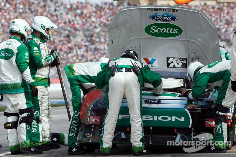 Carl Edwards, Roush Fenway Racing Ford in de pitstraat