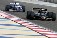 Mario Andretti, campeón del mundo de F1 1978 conduce  el Lotus 79 de 1978 y Damon Hill, campeón del mundo de F1 de 1996 conduciendo el Williams Renault FW18 de 1996
