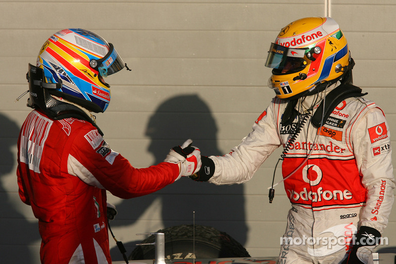 Ganador de la carrera Fernando Alonso, Scuderia Ferrari celebra con tercer lugar de Lewis Hamilton, McLaren Mercedes