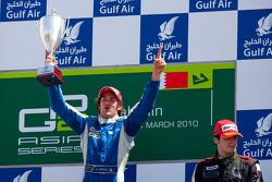 Giacomo Ricci fête sa victoire sur le podium avec Alvaro Parente
