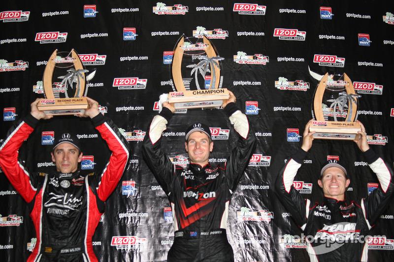 Podium: race winnaar Will Power, Team Penske, 2de Justin Wilson, Dreyer & Reinbold Racing, 3de Ryan Briscoe, Team Penske