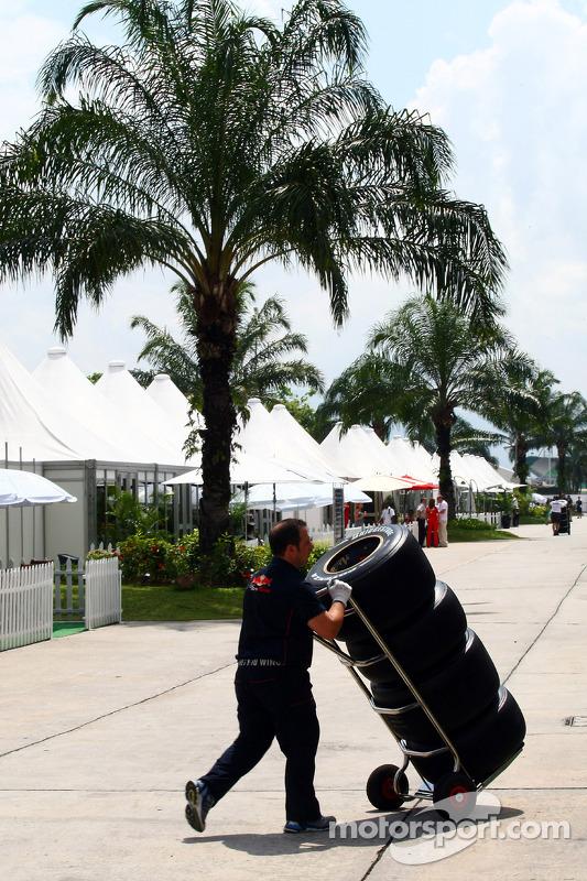 Toro Rosso mecanicien in de paddock