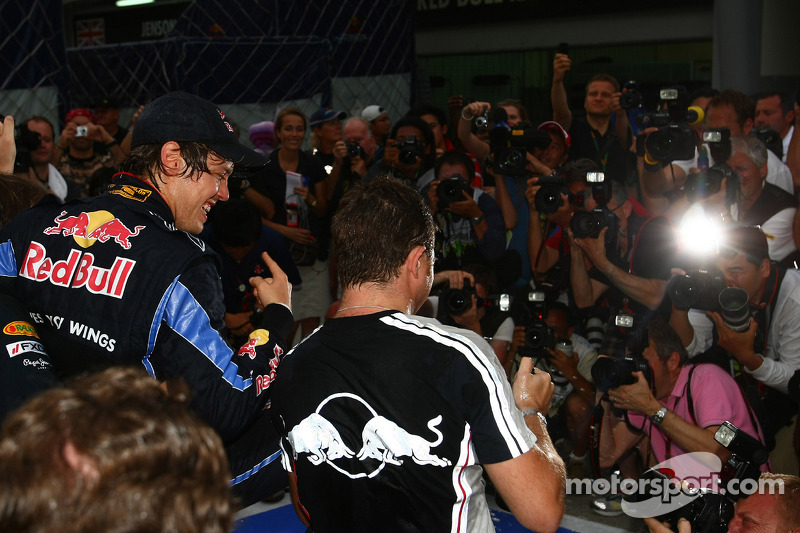 Race winnaar Sebastian Vettel, Red Bull Racing viert met team