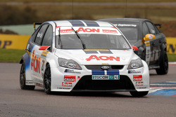 Tom Onslow-Cole Team AON Ford Focus voor Phil Glew Triple Eight Racing Vauxhall Vectra