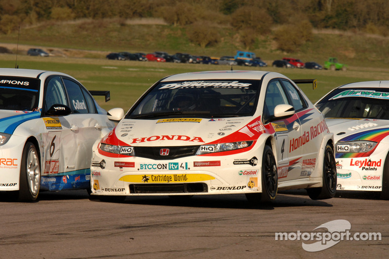 Rob Collard WSR BMW 320si en Matt Neal Honda Racing Honda Civic crash in Chicane