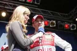 Verona Wriedt ist en discussion avec Timo Scheider, Audi Sport Team Abt Audi A4 DTM