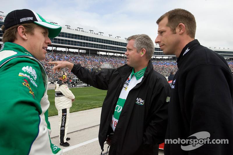 Carl Edwards praat met beide managers, Bob Osborne en Drew Blickensderfer