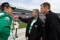 Carl Edwards discute avec son chef d'équipe, Bob Osborne et Drew Blickensderfer