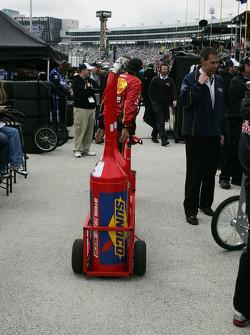 un membre d'équipe de Jamie McMurray apporte les fût d'essence au réservoir